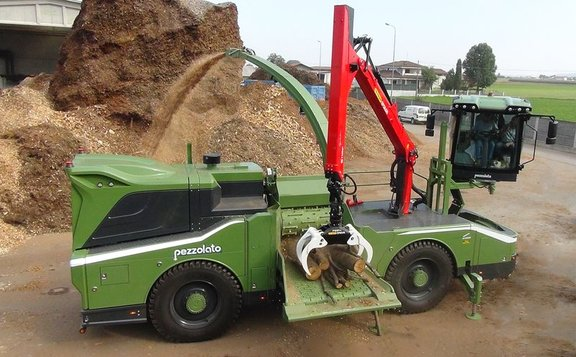 Intercabin for a self-propelled wood chipper